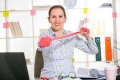 Esercizio della donna di affari nel suo ufficio con l'allungamento della banda Fotografie Stock Libere da Diritti