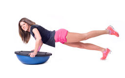 Esercizio della donna di sport con una palla dei pilates Fotografia Stock
