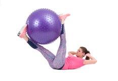Esercizio della donna di sport con una palla dei pilates Fotografia Stock Libera da Diritti