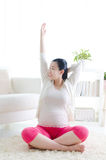 Esercizio della donna incinta Fotografia Stock Libera da Diritti