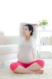 Esercizio della donna incinta Immagini Stock Libere da Diritti