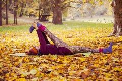 Esercizio della donna nel parco di autunno Fotografie Stock