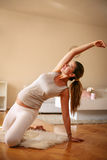 Esercizio della giovane donna a casa Fotografie Stock
