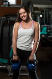 Esercizio della giovane donna con KettleBell Fotografia Stock Libera da Diritti