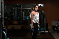 Esercizio della giovane donna con KettleBell Fotografia Stock