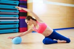 Esercizio della palla di stabilità della sirena della donna di Pilates Immagine Stock