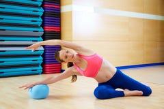 Esercizio della palla di stabilità della sirena della donna di Pilates Immagine Stock Libera da Diritti