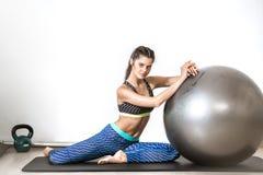 Esercizio della palla di yoga Immagini Stock