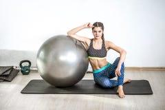 Esercizio della palla di yoga Fotografia Stock