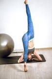 Esercizio della palla di yoga Fotografie Stock