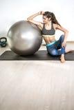 Esercizio della palla di yoga Immagini Stock Libere da Diritti