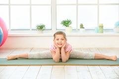 Esercizio della ragazza del bambino di mattina all'interno Immagini Stock Libere da Diritti