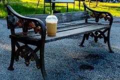 Esercizio della sedia e mattina fredda del caffè della bevanda immagini stock