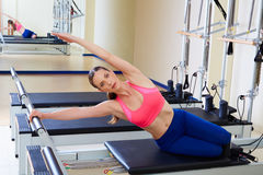 Esercizio della sirena della donna del riformatore di Pilates Immagini Stock