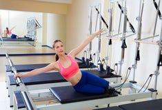 Esercizio della sirena della donna del riformatore di Pilates Fotografia Stock Libera da Diritti