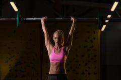 Esercizio della spalla con il bilanciere in palestra Fotografia Stock