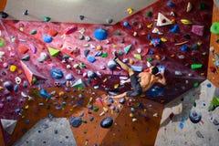 Esercizio di allenamento, concetto di sport dell'interno Uomo attivo atletico Fotografia Stock