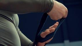 Esercizio di allenamento della fasciatura della mano dell'involucro del combattente del pugile archivi video