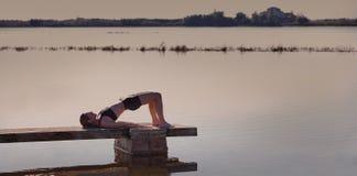 Esercizio di allenamento di yoga di Pilates all'aperto Immagine Stock Libera da Diritti