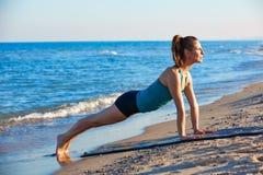 Esercizio di allenamento di yoga di Pilates all'aperto sulla spiaggia Fotografie Stock Libere da Diritti