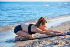 Esercizio di allenamento di yoga di Pilates all'aperto sulla spiaggia Fotografia Stock Libera da Diritti