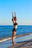 Esercizio di allenamento di yoga di Pilates all'aperto sulla spiaggia Fotografia Stock