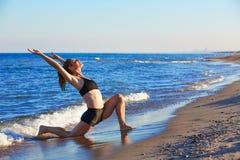 Esercizio di allenamento di yoga di Pilates all'aperto sulla spiaggia Immagine Stock