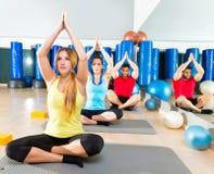 Esercizio di allenamento di yoga nel gruppo della gente della palestra di forma fisica immagini stock