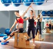 Esercizio di allungamento del lato dei pilates della donna incinta Immagini Stock Libere da Diritti