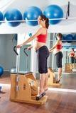 Esercizio di allungamento del tendine dei pilates della donna incinta Fotografia Stock Libera da Diritti