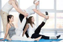 Esercizio di allungamento del tendine del ginocchio con il partner Immagini Stock Libere da Diritti