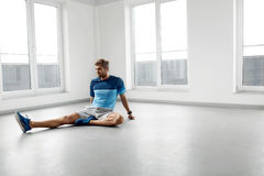 Esercizio di allungamento Uomo in buona salute bello che allunga prima dell'allenamento Fotografia Stock Libera da Diritti