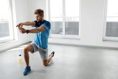 Esercizio di allungamento Uomo in buona salute bello che allunga prima dell'allenamento Fotografie Stock Libere da Diritti