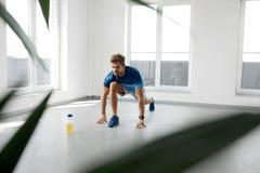 Esercizio di allungamento Uomo in buona salute bello che allunga prima dell'allenamento Fotografie Stock