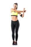 Esercizio di flessione della spalla del corridore grazioso della donna mentre allungando braccio Fotografia Stock