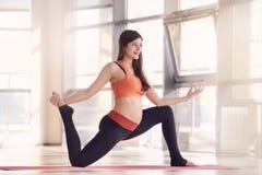 Esercizio di forma fisica della palestra della donna incinta Fotografia Stock Libera da Diritti