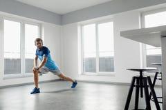 Esercizio di forma fisica Uomo che allunga scaldandosi corpo prima della formazione Fotografia Stock Libera da Diritti