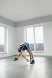 Esercizio di forma fisica Uomo che allunga scaldandosi corpo prima della formazione Immagini Stock
