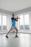 Esercizio di forma fisica Uomo che allunga scaldandosi corpo prima della formazione Immagine Stock Libera da Diritti