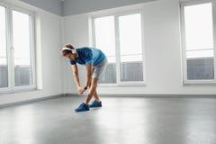 Esercizio di forma fisica Uomo che allunga scaldandosi corpo prima della formazione Immagine Stock