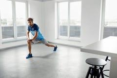 Esercizio di forma fisica Uomo che allunga scaldandosi corpo prima della formazione Fotografie Stock