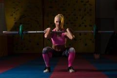 Esercizio di gamba con l'allenamento del bilanciere per le gambe Fotografie Stock