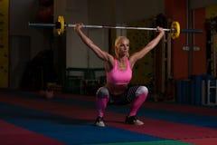 Esercizio di gamba con l'allenamento del bilanciere per le gambe Immagine Stock Libera da Diritti