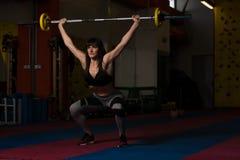 Esercizio di gamba con l'allenamento del bilanciere per le gambe Fotografia Stock
