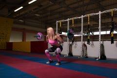 Esercizio di gamba con l'allenamento del bilanciere per le gambe Fotografie Stock Libere da Diritti