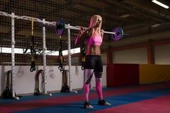 Esercizio di gamba con l'allenamento del bilanciere per le gambe Immagini Stock Libere da Diritti