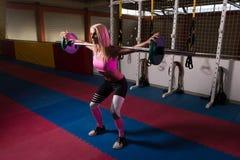 Esercizio di gamba con l'allenamento del bilanciere per le gambe Immagini Stock