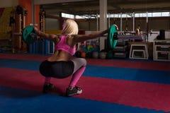 Esercizio di gamba con l'allenamento del bilanciere per le gambe Fotografia Stock Libera da Diritti