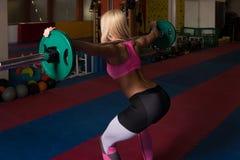 Esercizio di gamba con l'allenamento del bilanciere per le gambe Immagine Stock