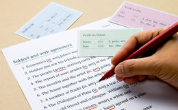 Esercizio di grammatica inglese sulla tavola Fotografie Stock